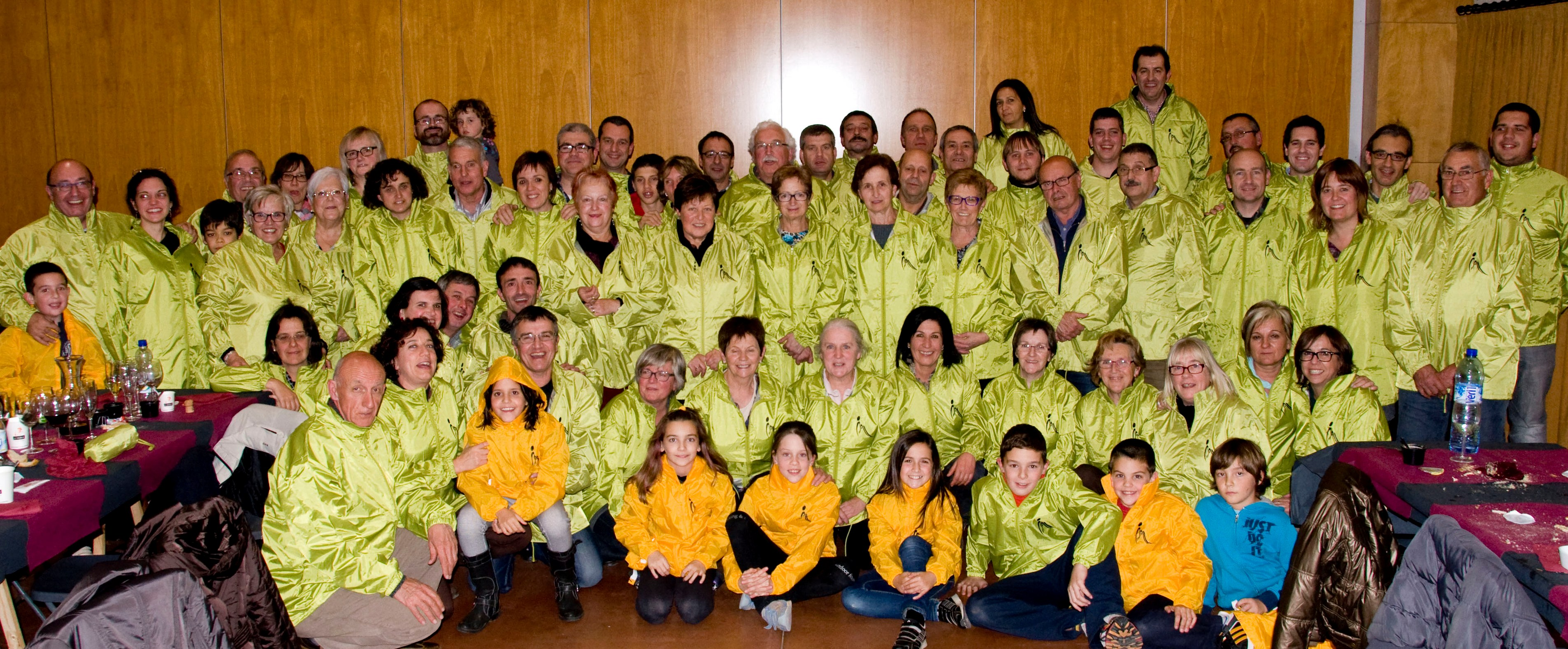 Els voluntaris dels avituallaments amb l'impermeable de la Marxa (Foto: R. Curtichs)